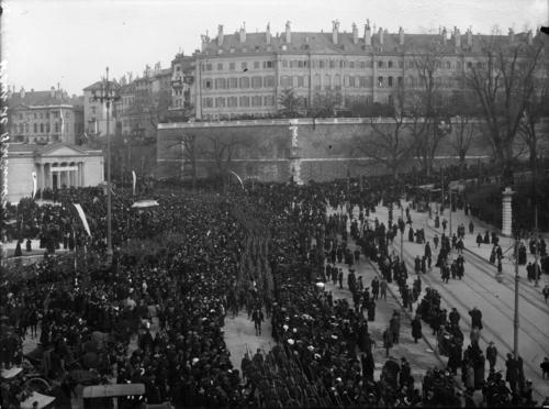 Genève, place de Neuve: défilé des bataillons genevois 10 et 13