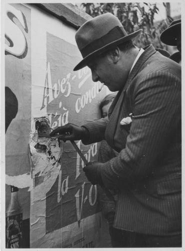 Genève, lendemains de la fusillade du 09.11.1932: passant examinant un impact de balle