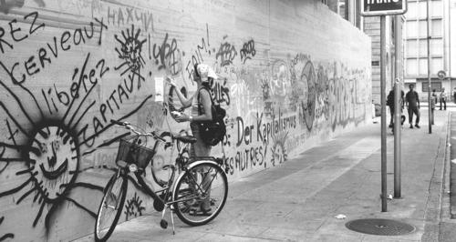 Genève, la Corraterie: graffiti anti-G8 sur les palissades de protection de la Banque cantonale