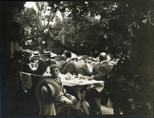 Cologny, fêtes du Centenaire: banquet populaire devant le temple