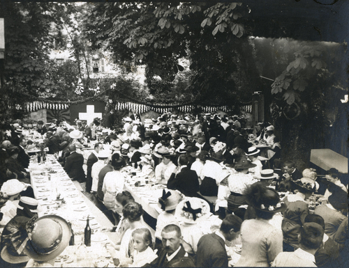 Cologny, fête du Centenaire: banquet populaire devant le temple