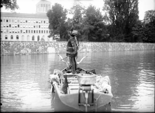 Genève, rue de Lausanne: homme habillé en Indien debout dans une barque devant le Bureau international du Travail, actuellement siège de l'Organisation mondiale du commerce