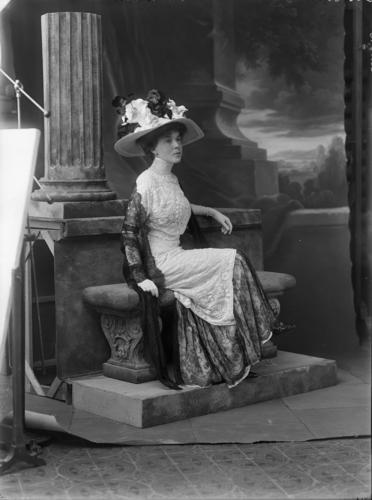 Portrait en pied de Madame Norrie devant un décor