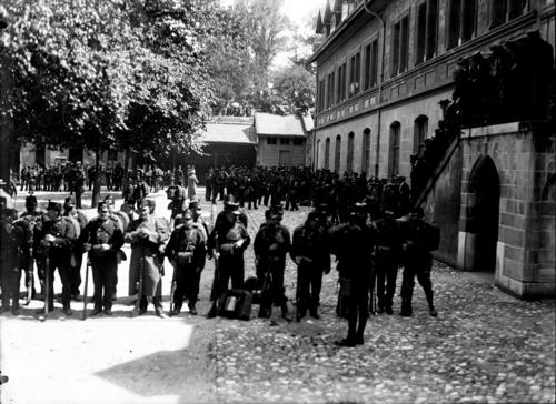 Genève, cour du collège: militaires