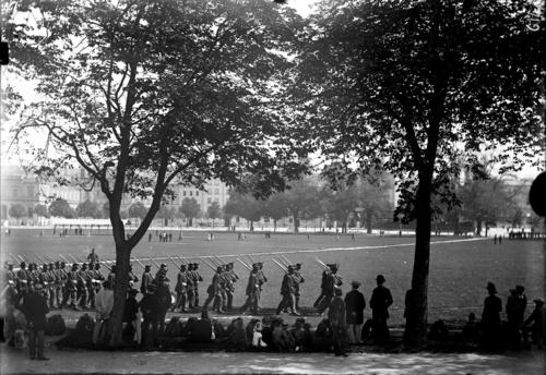Genève, plaine de Plainpalais: défilé militaire