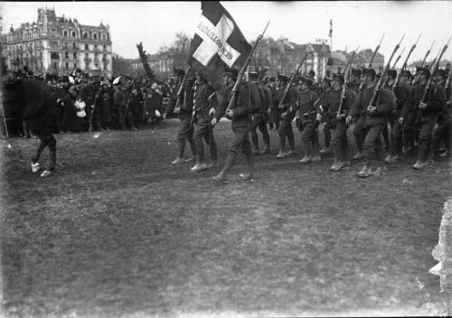 Genève, plaine de Plainpalais: les troupes genevoises défilent devant le général Wille lors de la démobilisation partielle et provisoire d'une partie de la première division