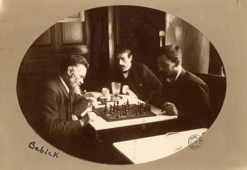 Babick jouant aux échecs