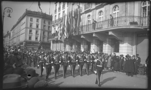 Genève, quai des Bergues: gendarmes défilant à l'occasion de l'anniversaire du traité de combourgoisie avec Berne et Fribourg