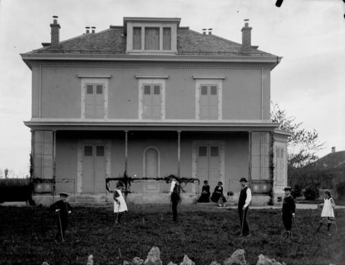 Petit-Veyrier, domaine Long: jeu de croquet devant la maison