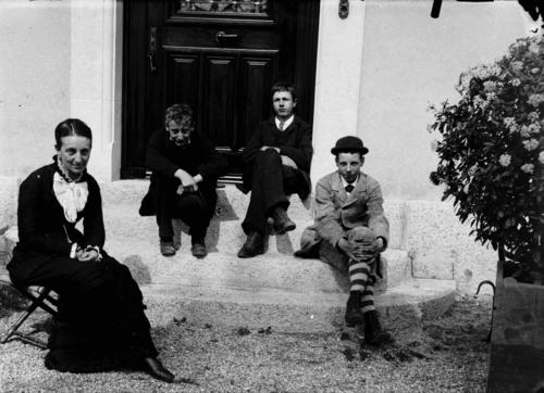 Petit-Veyrier, domaine Long: portrait de groupe devant l'entrée de la maison