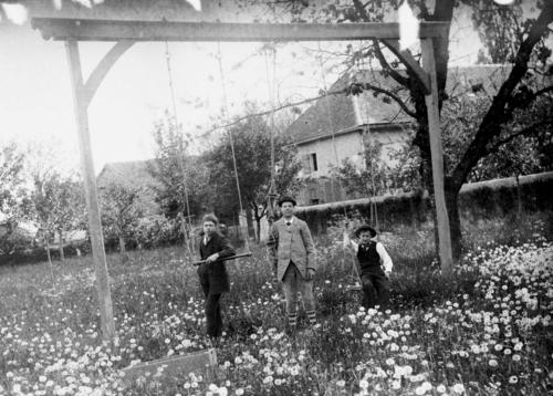 """Petit-Veyrier, domaine Long: les jeux d'enfants (la """"gymnastique"""")"""