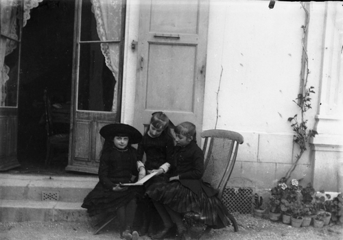 Genève, Champel: trois fillettes devant la maison Tavan