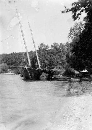 Vaud, Buchillon: barque lémanique sur la grève et appareil de photographie
