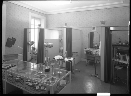 Genève, rue du Mont-blanc premier étage: salon de coiffure Hollywood