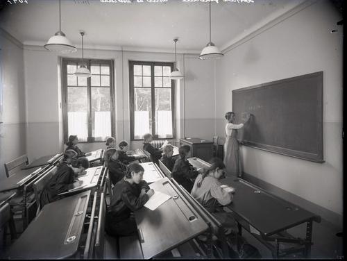 Carouge, chemin de Pinchat: orphelinat, salle d'étude
