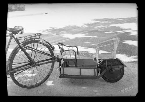 Genève, place des Alpes: remorque de bicyclette
