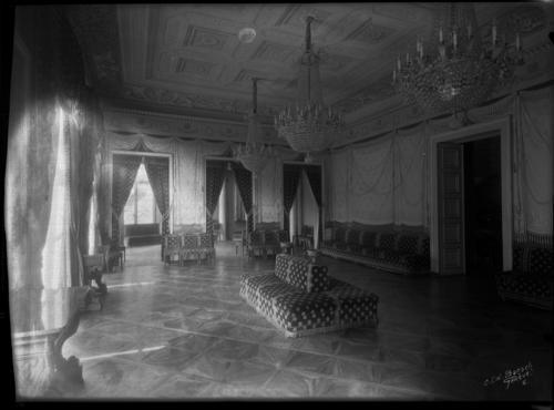 Genève, palais Eynard: le grand salon vu en direction du petit salon et de l'entrée
