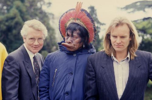 Raoni Metuktire, chef Kayapo, entouré du chanteur Sting et du maire de la Ville de Genève Guy Oliver Segond
