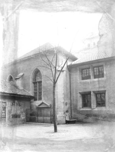 Genève, rue Vallin: cour de l'école lancasterienne, hangar des pompier et monument aux morts de l'Escalade
