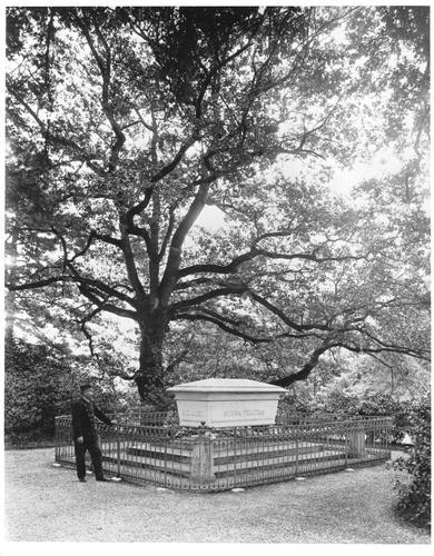 Genève, avenue de la Paix: tombe de Gustave Revillod dans le parc de l'Ariana