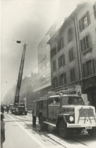 Genève, rue de Carouge: des pompiers maîtrisent un incendie