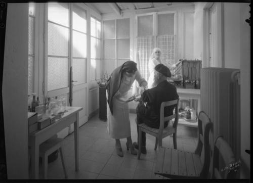 Genève, rue Prévost-Martin: dispensaire français de Genève Les Lauriers, infirmières donnant des soins à un patient