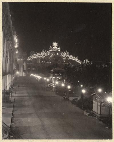 Paris, souvenirs de l'exposition universelle: le palais de l'électricité illuminé la nuit