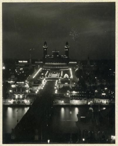 Paris, souvenirs de l'exposition universelle: le Trocadéro illuminé la nuit