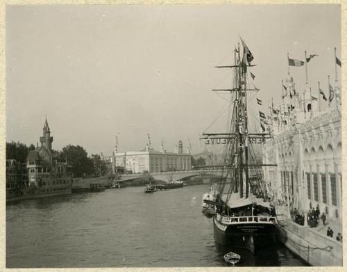 Paris, souvenirs de l'exposition universelle: voilier amarré devant le palais des armées de terre et de mer