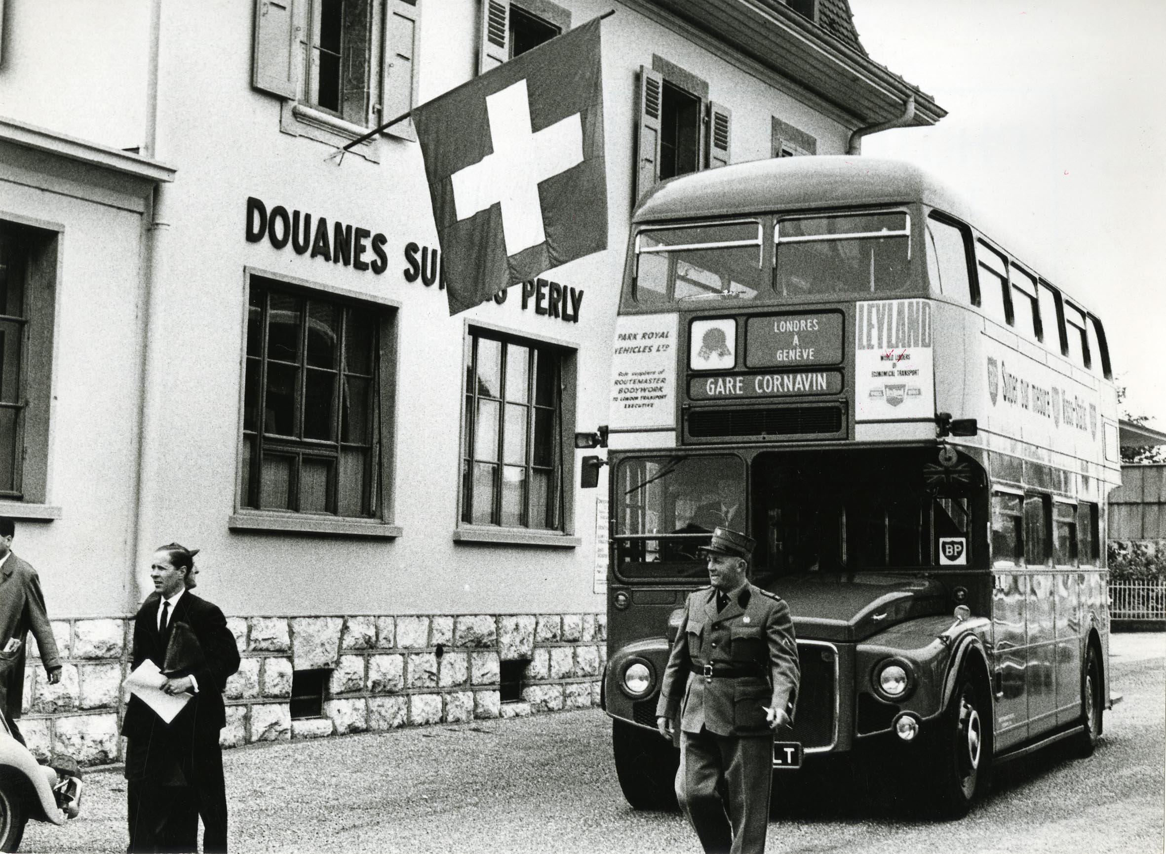 Perly, douane  autobus à impériale londonien en visite pour la quinzaine  britannique c0bdec563441