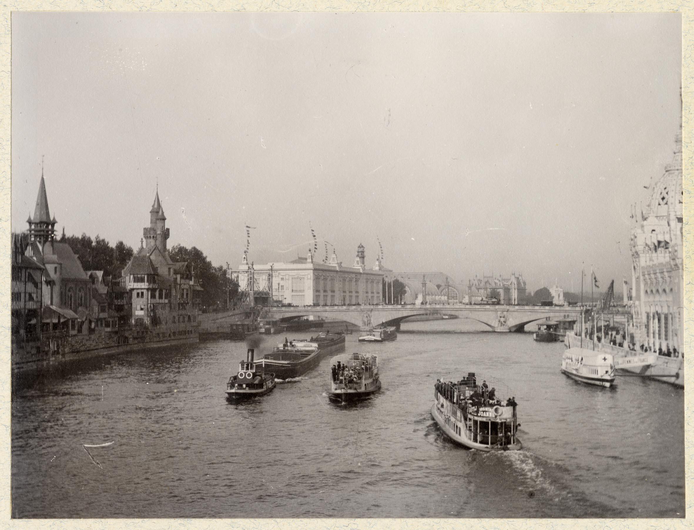 Paris, souvenirs de l'exposition universelle: trafic fluvial sur le Seine